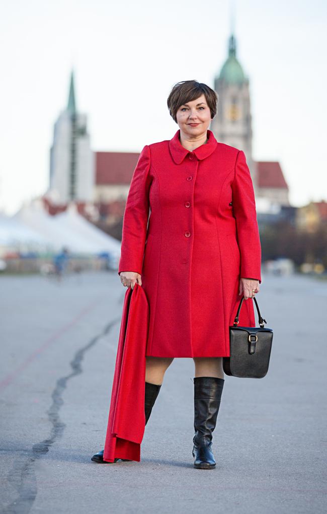 Roter Lodenmantel, geschneidert von Hilde Polz. Fotografiert von Simone Naumann