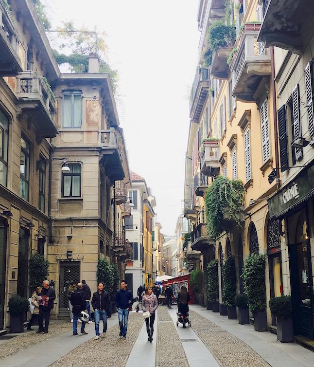 Straßenszene im Stadtviertel Brera in Mailand