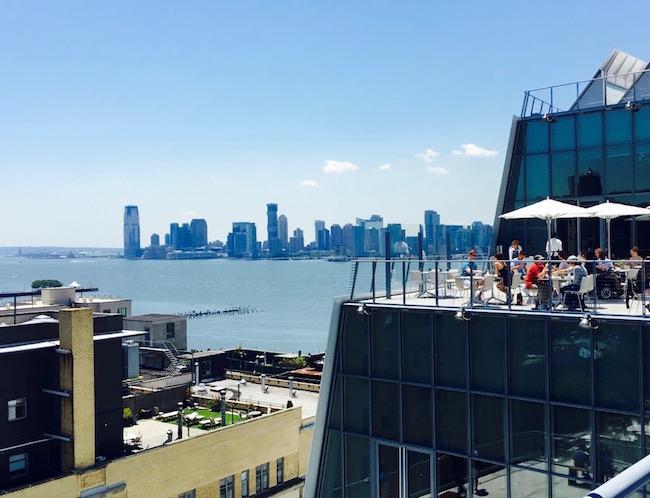 Rooftop Restaurant des Whitney Museums im Sonnenschein
