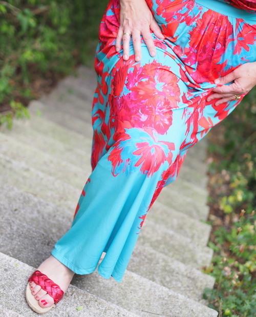 Türkises Kleid mit korallroten Blüten in Sizeplus