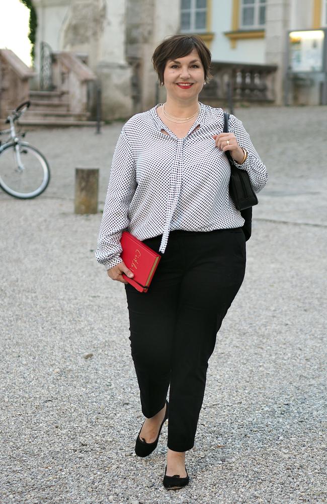 Typisch Pariser Stil: Schmale schwarze 7/8-Hose, schlichte Bluse, Ballerinas, rote Lippen