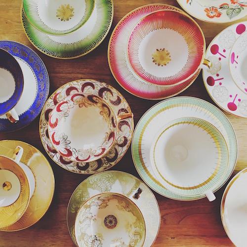 Vintage-Teegedecke in unterschiedlichen Farben und Dekors