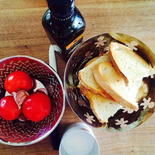 Tomatenbrot aus Spanien - die Zutaten: Tomaten, Brot, Knoblauch, Öl, Salz