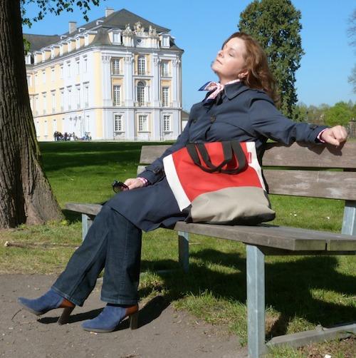 Valerie Müller von life40up im klassischen blauen Trenchcoat von Ralph Lauren
