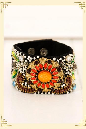 Mit kleinen bunten Perlen besticktes Armband