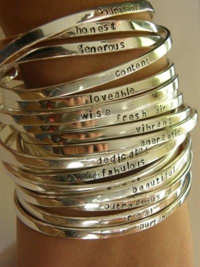 Silberne schmale Armreifen mit Botschaft