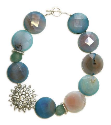 Auffällige Halskette mit runden, flachen Steinen aus schillernden Achaten.