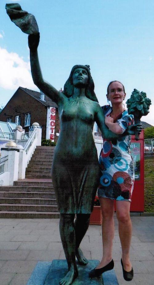 Christine Linke im bunten Kleid (2012)