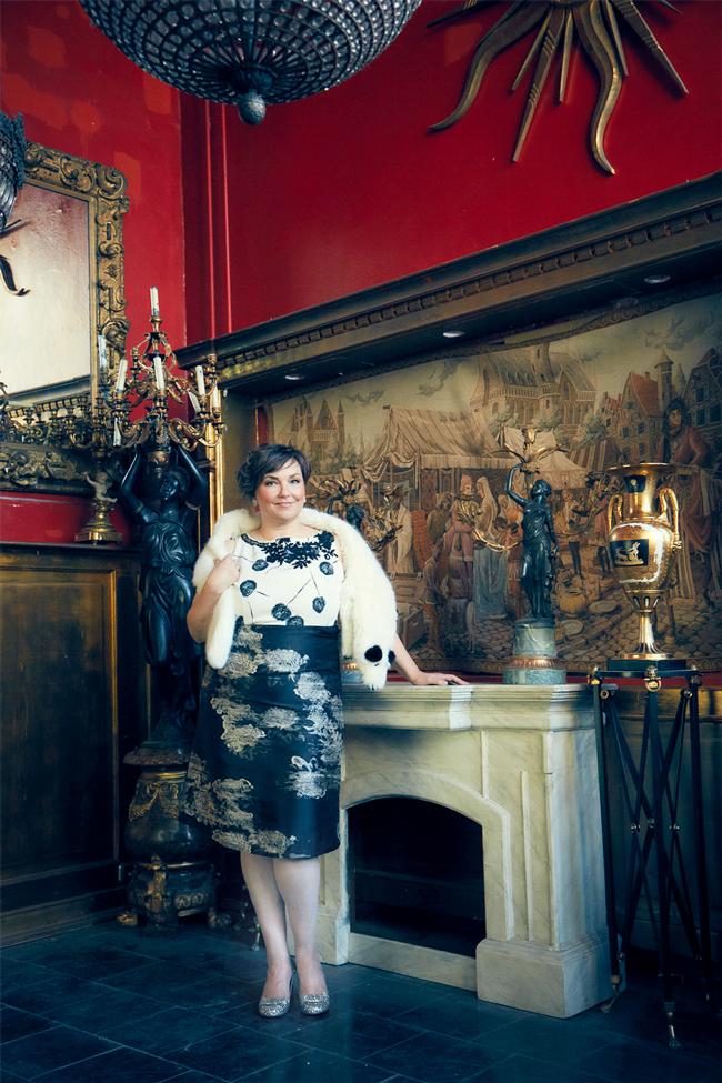 Einmal Schlossherrin sein: Die Zeitschrift DONNA hat mich, Ü50-Bloggerin in Plussize, in glamourösen Festtagsoutfits formuliert. Foto: Bettina Lewin. Styling: Susanne Gundlach.