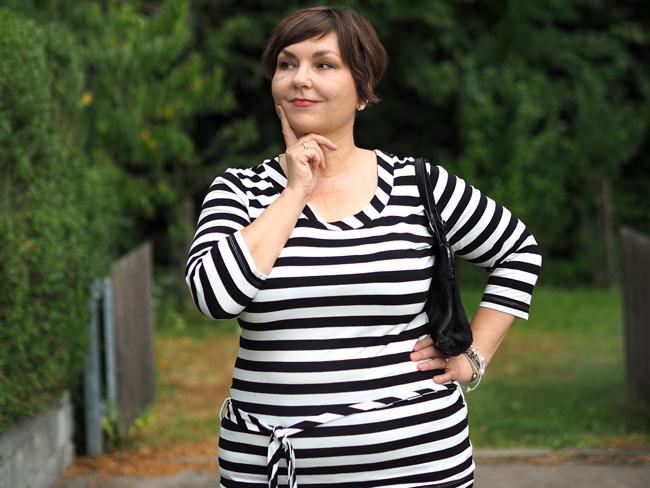Streifenlook elegant kombiniert: Streifenshirt von Amor Lux mit schwarzer Marlenehose