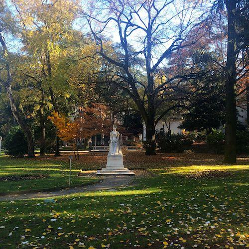 Im Park: Sissi-Statue