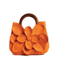 Basttasche in Orange mit einer überdimensionalen Blüte an der Vorderseite. Der Griff ist abgerundet und aus Holz.
