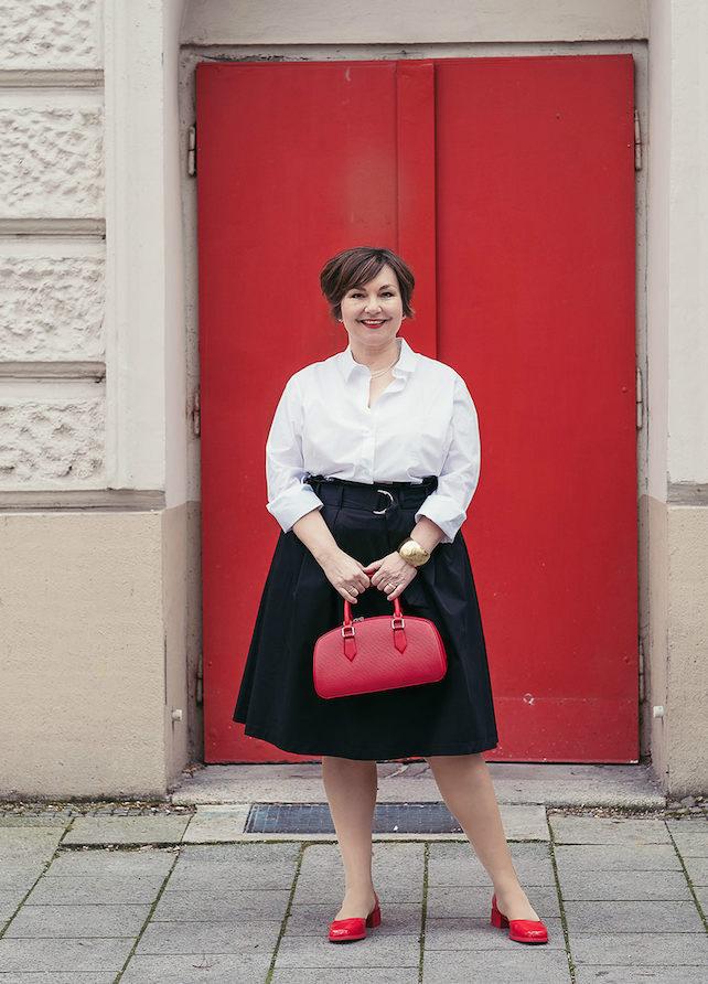 Klassik neu definiert: Schwarz-weiß-rot mit Louis Vuitton Tasche