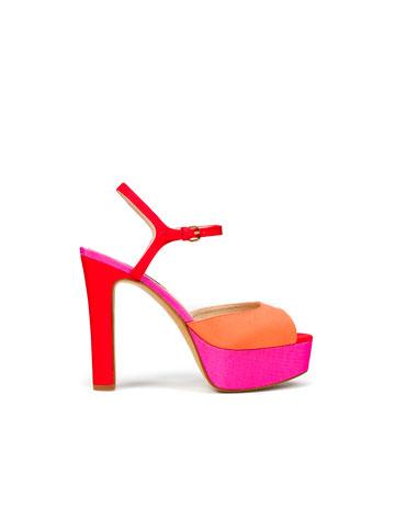 Plateau-Sandaletten mit hohen stoffbezogenen Absätzen in den Farben Rot-Pink-Orange.